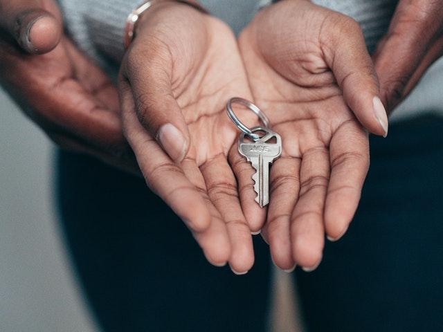 klucze do domu w rękach