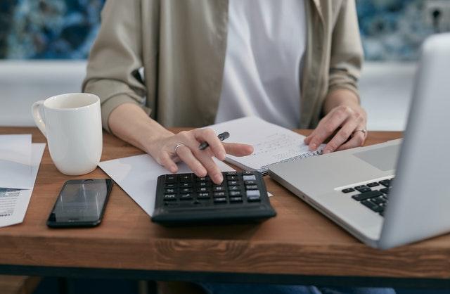 kobieta liczy na kalkulatorze