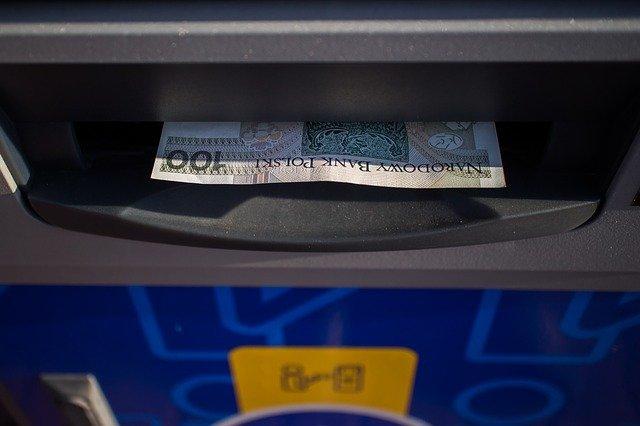 banknot w bankomacie