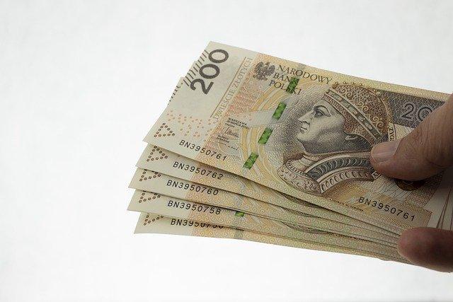 plik banknotów dwustuzłotowcyh