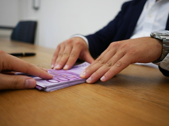 banknoty na stole