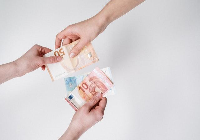 banknoty z ręki do ręki