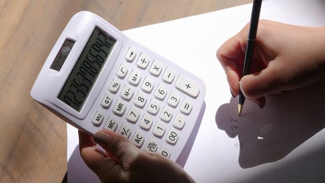 biały kalkulator