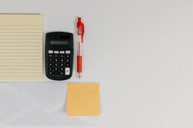 mały kalkulator na biurku