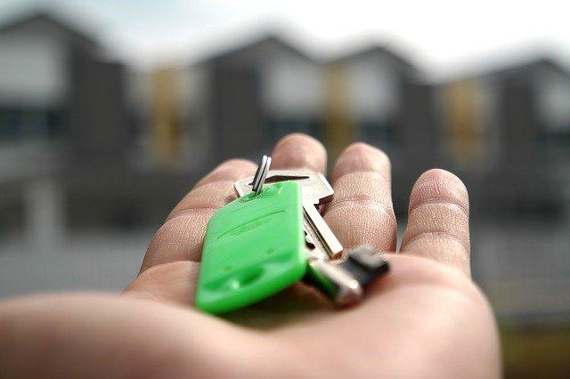 klucze do domu na dłoni