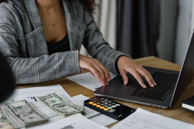 elegancka kobieta liczy pieniądze