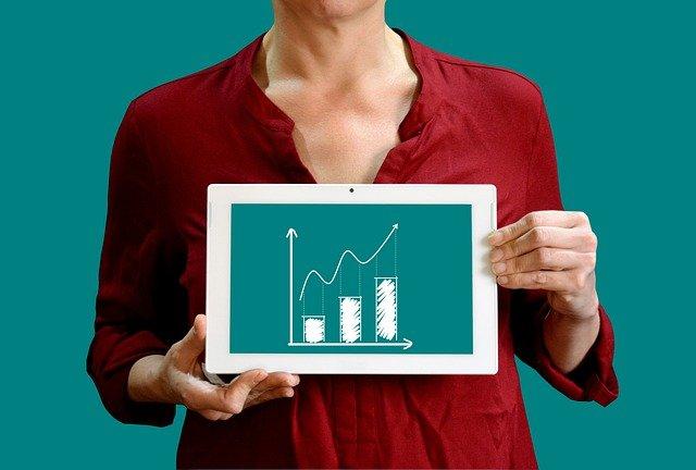 kobieta prezentuje na tablecie wykres