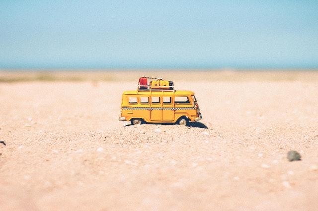 mały żółty bus na plaży