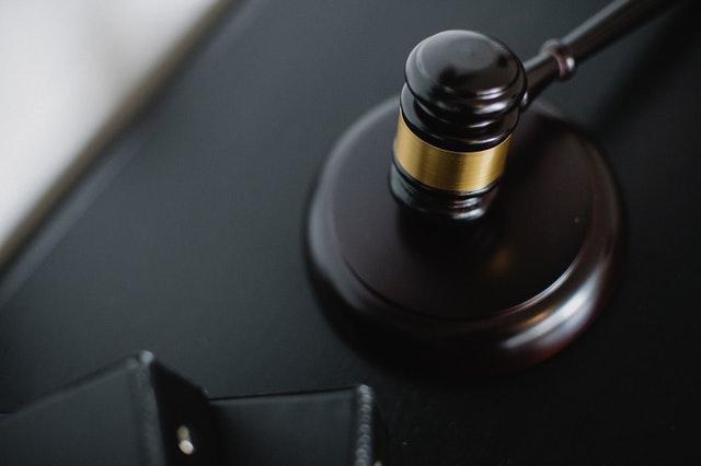 drewniany młotek sędziego