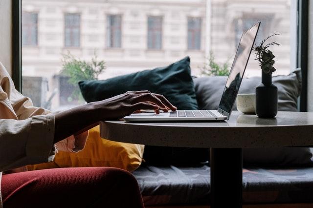 pisanie na klawiaturze laptopa