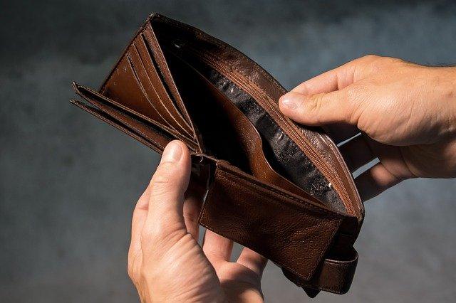 pusty skórzany portfel w rękach