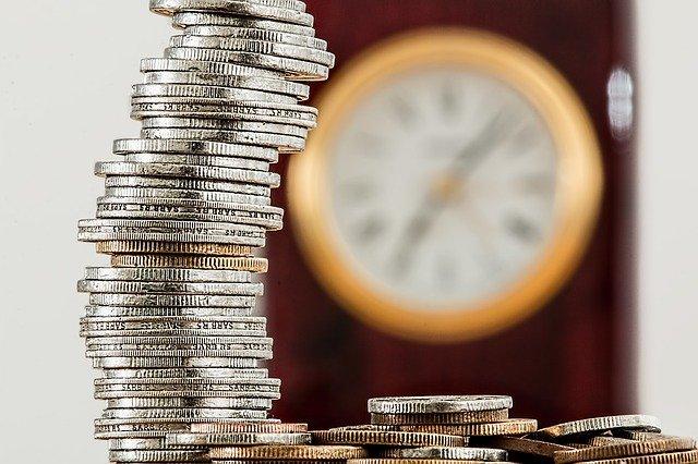 wysoka wieża z monet